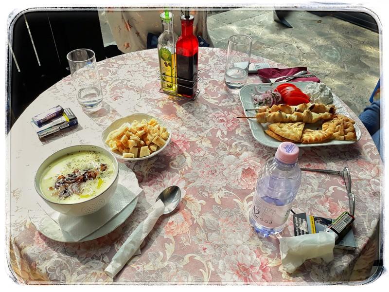 pranz la Casa cu farfurii