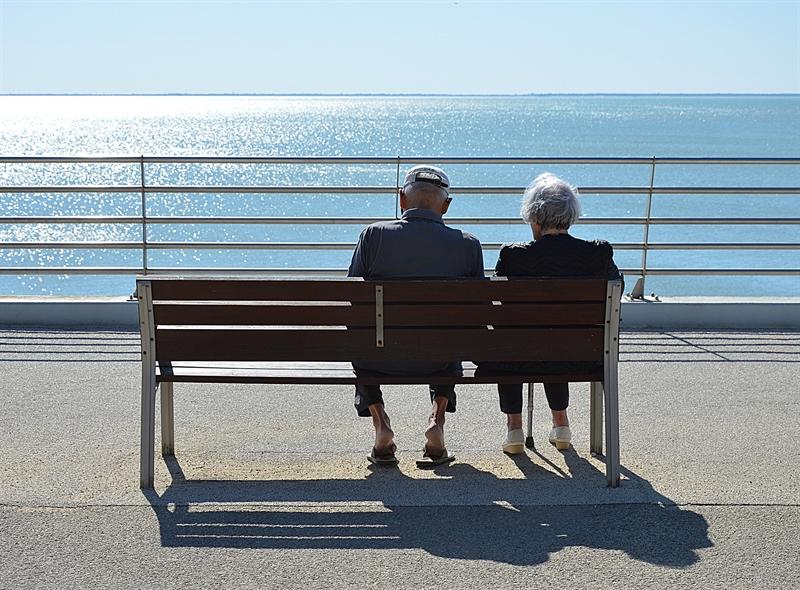 Cuplu rememorând 50 de ani de iubire