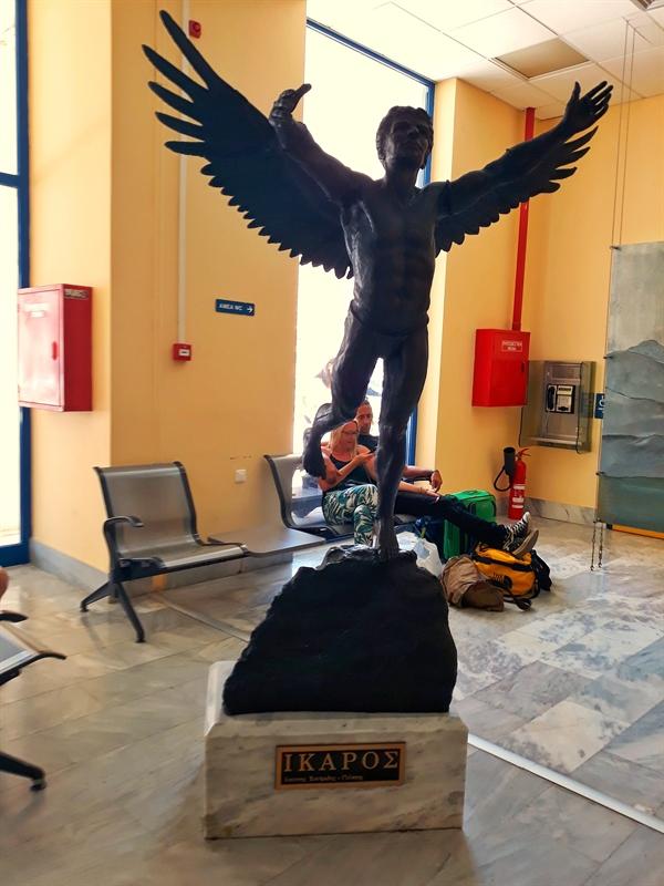 statuia lui Icar pe aeroportul din Ikaria