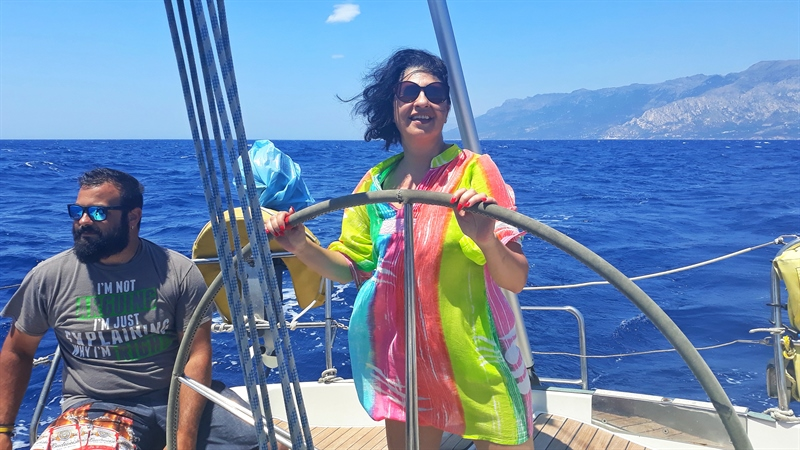 croazieră în Fournoi Korseon femeie la timonă